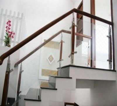 Vách kính cầu thang sắt, inox, giả gỗ đẹp 2017