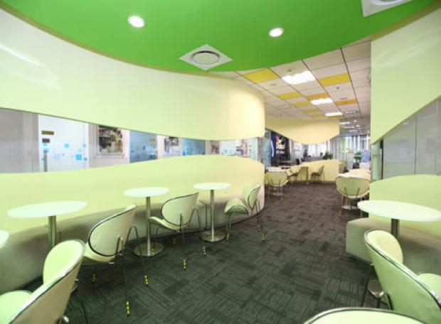 Kính màu ốp văn phòng mang tới một không gian sang trọng