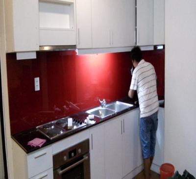 Lắp đặt kính màu ốp bếp căn hộ, chung cư cao cấp