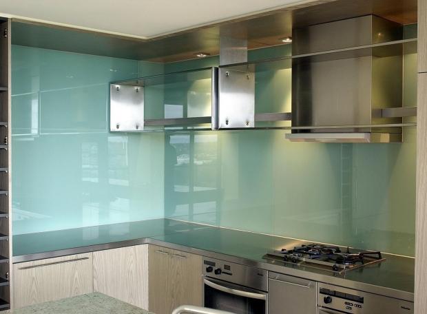 Những lý do bạn nên sử dụng kính màu cường lực đề ốp bếp.