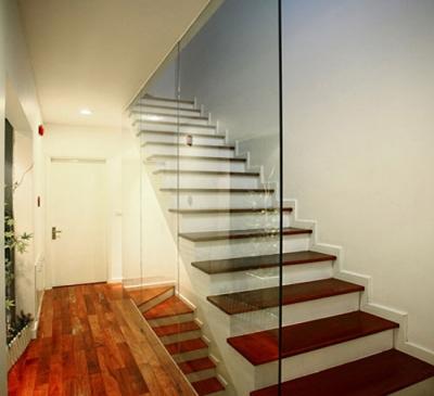 Vách kính cầu thang trang trí nhà ở đẹp thoáng mát